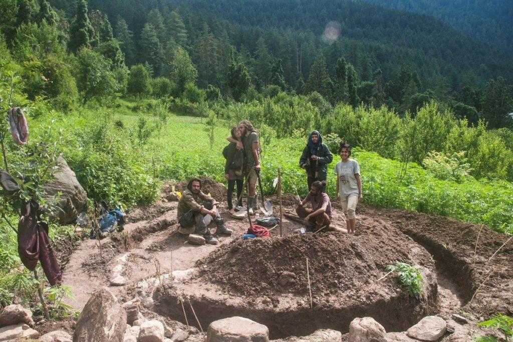 Bau eines earth-house im Himalaya